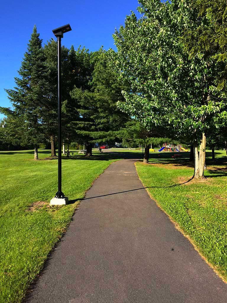 Voici un exemple de luminaire solaire pour parc public