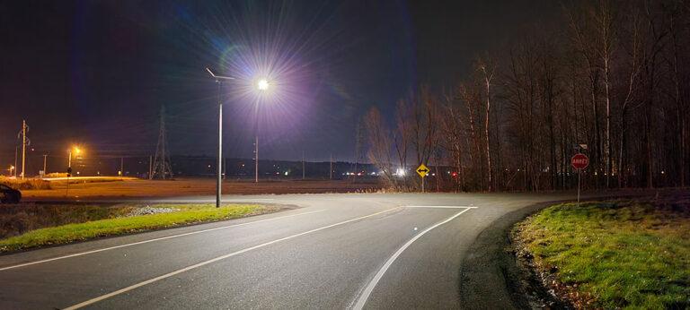 Intersection rurale éclairage solaire au Québec